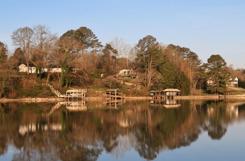 Image of homes on a lake in Tennessee